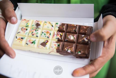 Tableta de chocolate blanco y chocolate con leche